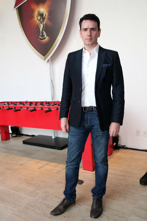 Ricardo Terrazo Junior, editor do Canal Masculino, com look que une blazer marinho, camisa branca e jeans clássico.