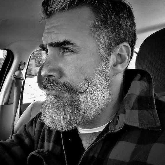 Greg Berzinsky ensina como estilizar sua barba longa