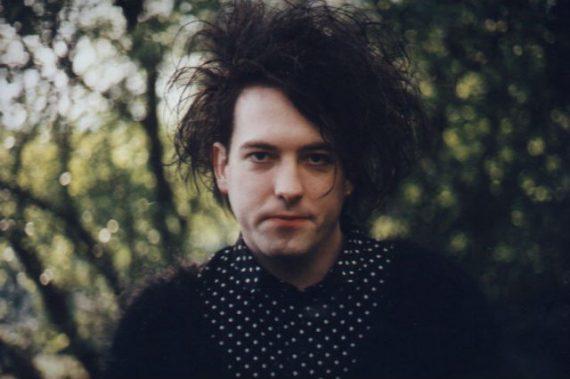 Robert Smith - The Cure com camisa de polka dots