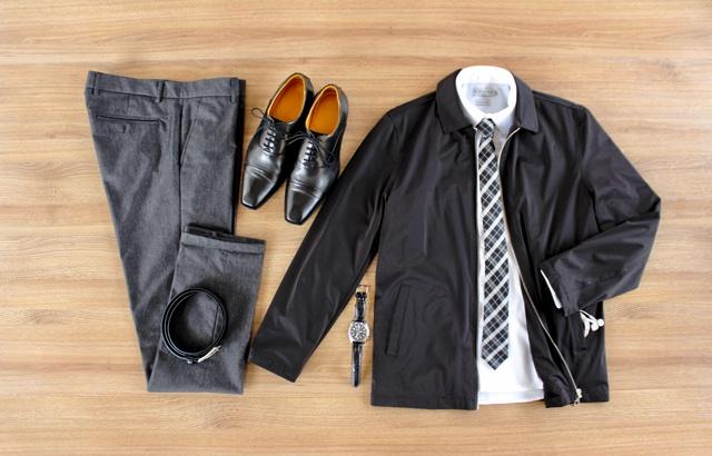 Look masculino para outono com jaqueta harrington e calças de alfaiataria