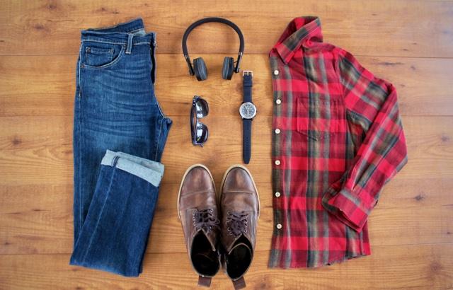 Look masculino para outono com camisa xadrez, jeans e botas