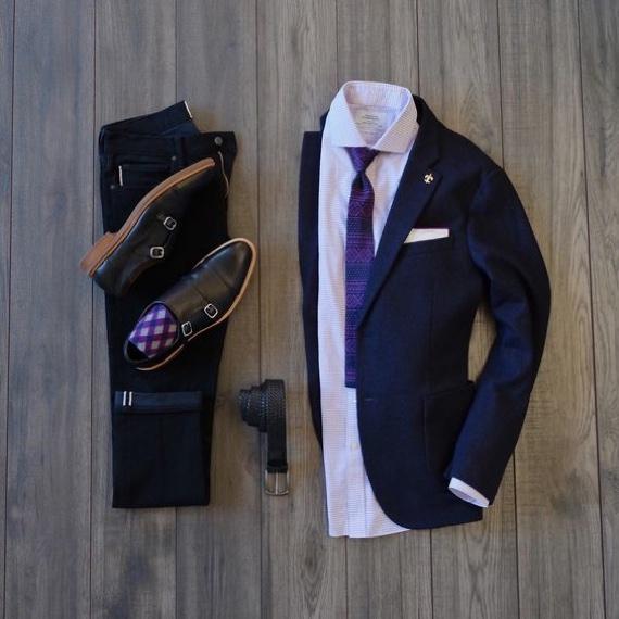 meia com cores coincidindo com as da gravata em look business casual