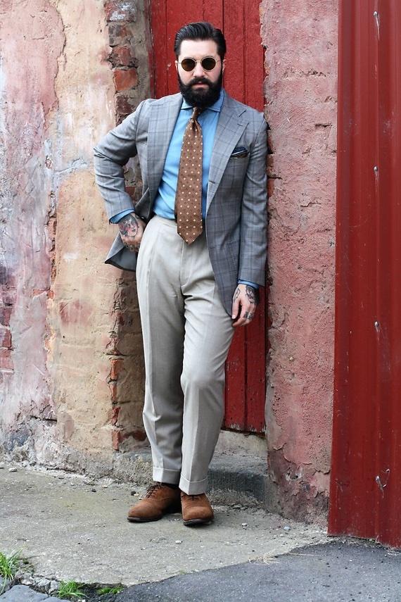 Sapato marrom combinando com gravata em look de alfaiataria
