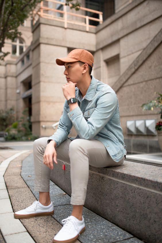 Camisa jeans, Calça de sarja cinza claro e boné caramelo - Como Usar Bonés em Looks Masculinos