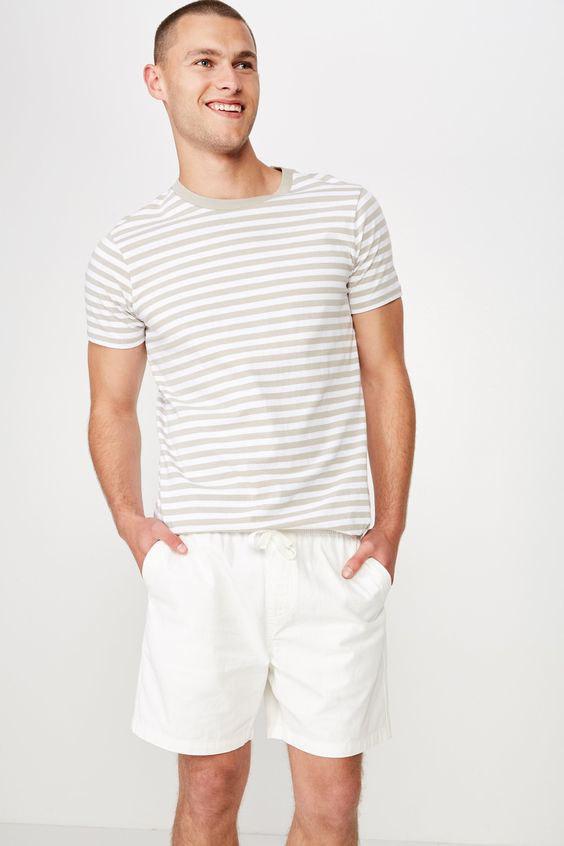 Looks Masculinos para o Réveillon - camiseta listrada bege e branco com shorts brancos