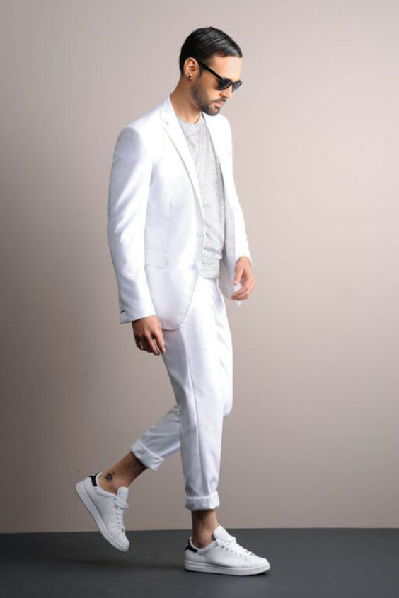 Looks Masculinos para o Réveillon - terno branco com camiseta mescla cinza