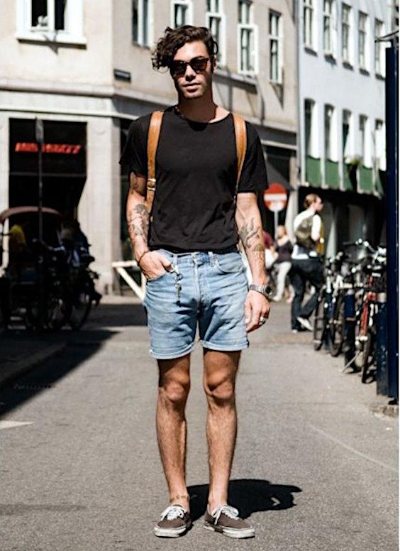 Bermuda masculina com camiseta por dentro