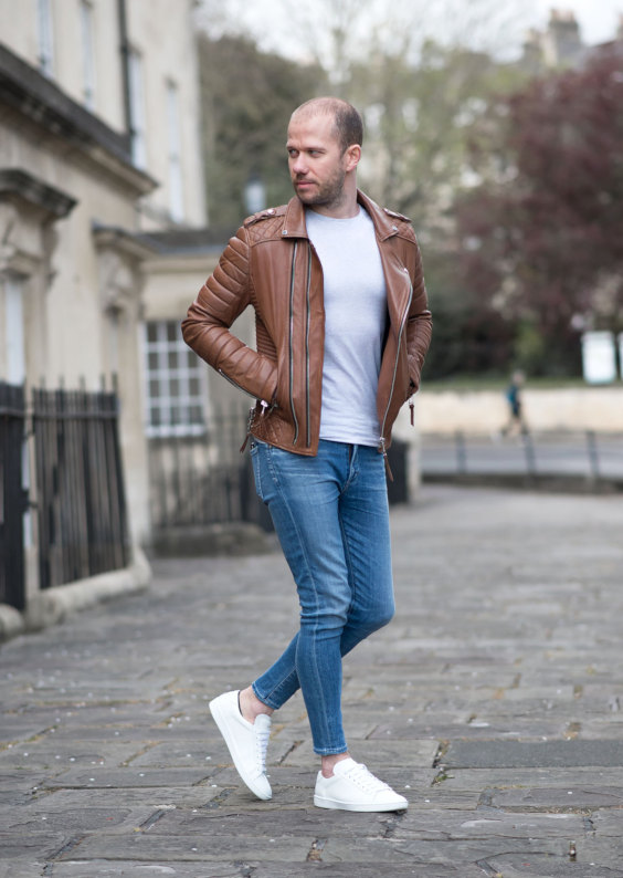 T6enis brancos com jaqueta de couro marrom e jeans
