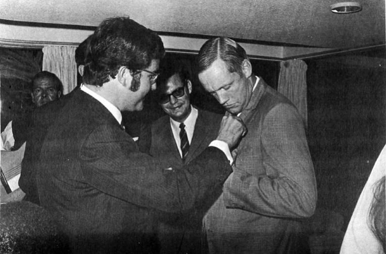 1969 Pedro del Castillo y Bravo de Laguna impone el Guanche de Oro a Collins