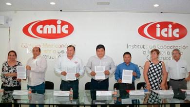 Photo of @LuisTorresUNE firma convenio con la CMIC- ICIC