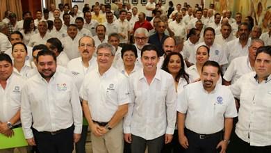 Photo of @RembertoEstrada entrega acreditaciones a 149 directores de obras en Benito Juárez