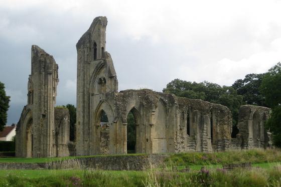 Glastonbury_Abbey_church_from_SW