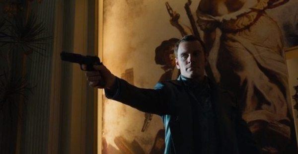 Michael-Fassbender-as-Magneto-with-gun-XMen-Days-Future-Past