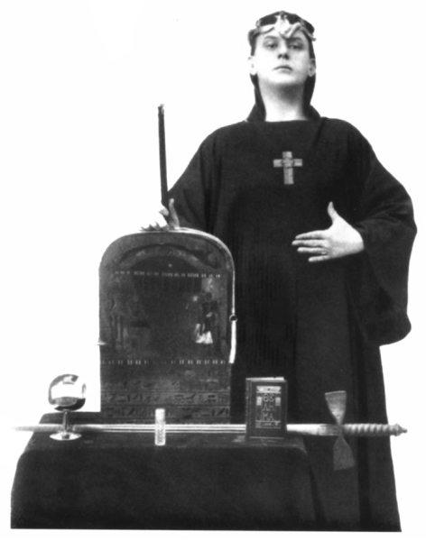 El ocultista con su atuendo de mago para 1912