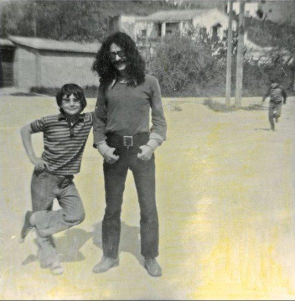 Nazario con un alumno en el colegio Ciudad Condal de Torre Baró-Vallbona (Foto: Pepichek)