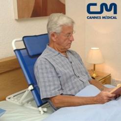homme installé au lit pour lire