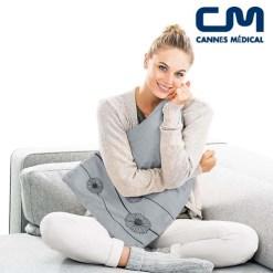 femme avec coussin chauffant gris