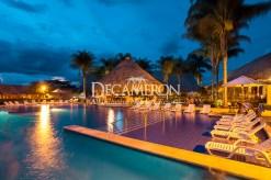 Vista nocturna de Hotel Decameron Panaca