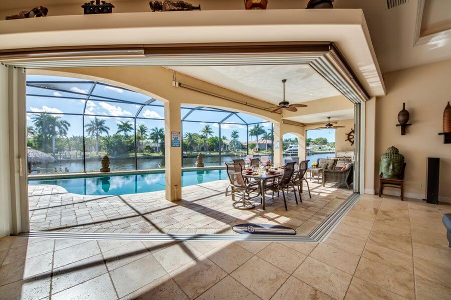 Blick auf Terasse und Pool Ferienhaus The Beachwalk