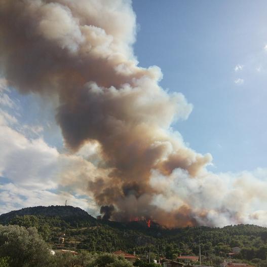 Μαίνεται ανεξέλεγκτη η φωτιά στον Κάλαμο Αττικής