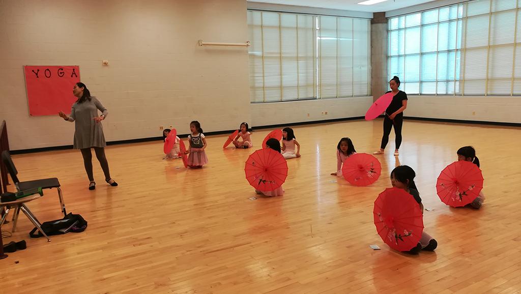 少儿舞蹈班晋玲老师指导学生动作