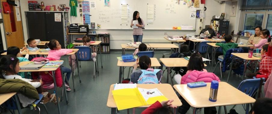 刘宁宁老师在数学学前班进行教学。