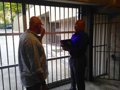 SPD's Mark Solomon (right) discuses garage security with property management at a First Hill condo (Image: CHS)