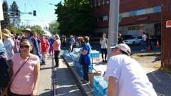 """""""Members of Seattle First Baptist Church giving water to passing marchers."""" (Image: El Comité)"""