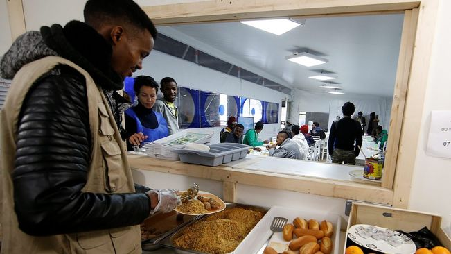 Paris fears saturation field that welcomes refugees