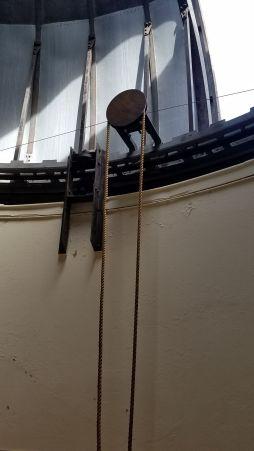 Polea para abrir y cerrar la apertura de la cúpula del observatorio de manera manual. Foto: Gustavo Sánchez.