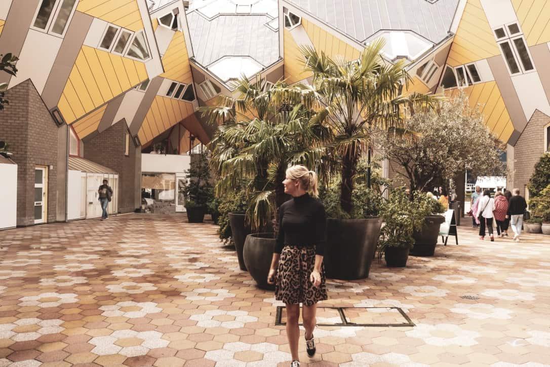Blond meisje aan het wandelein bij de Kubushuisjes in Rotterdam