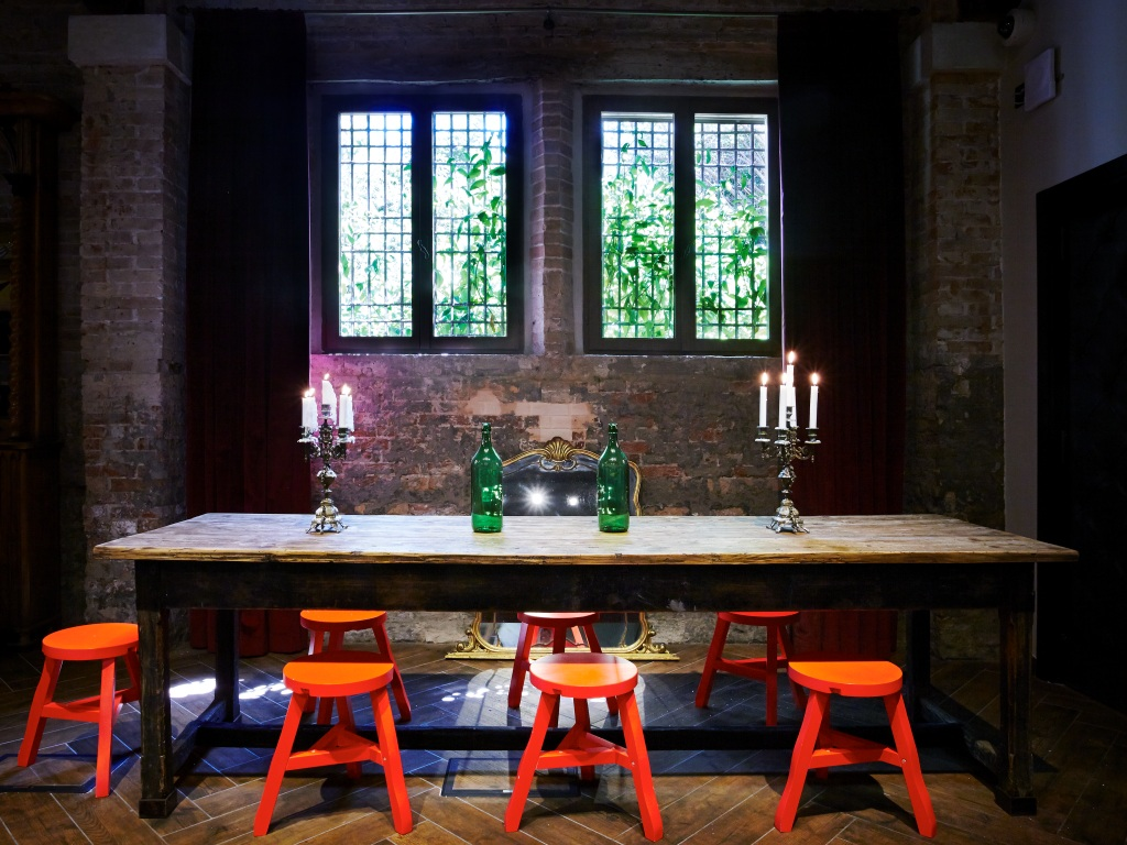 11-generator-venice-dining-table