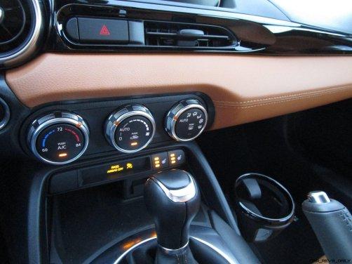 2017 Fiat 124 Spider Lusso INTERIOR 27