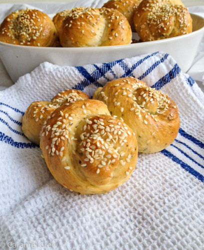 Fresh rosemary, garlic and sesame seeds give these soft garlic dinner rolls a gorgeous flavor. An easy appetizer  recipe for supremely tasty garlic dinner rolls.