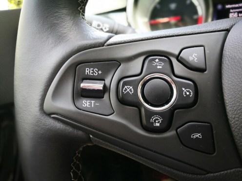 Detalle mandos volante Opel Astra 2017 1.6 CDTi 110cv Excellence