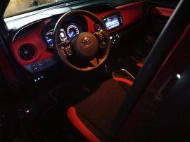 interior nocturno Toyota Yaris hibrido