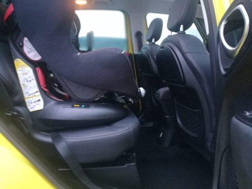Fiat 500 L Cross interior con silla