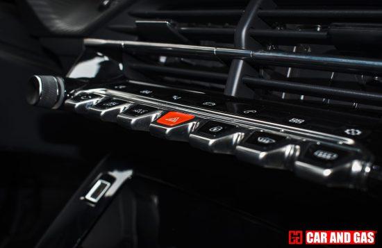 Botones de la consola central que sirven para manejar sistema multimedia y funciones del coche