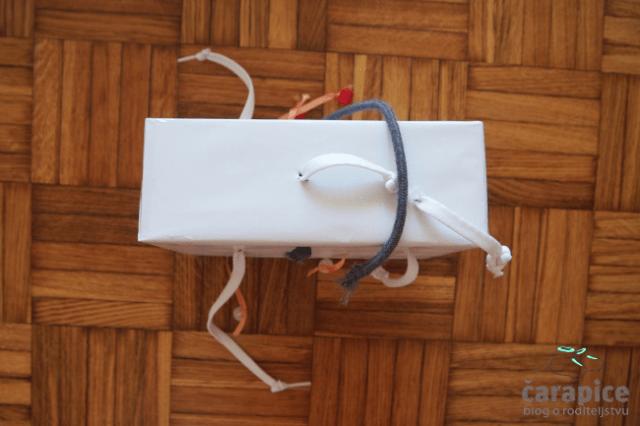 Napravi sam igračka od kutije i pertli