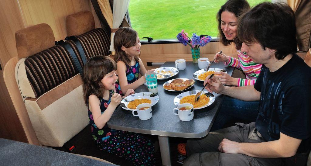 familia en un comedor de autocaravana