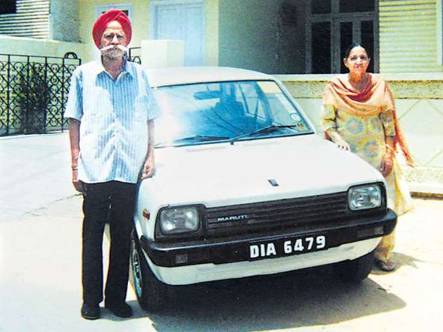 Proud owners of the First Maruti 800 Car in India