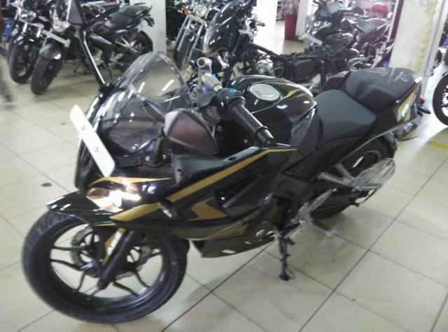 Bajaj-Pulsar-RS200-Black-Golden-Paint-Color