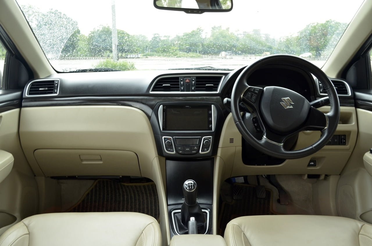 compare 2017 hyundai verna vs maruti ciaz price specs mileage. Black Bedroom Furniture Sets. Home Design Ideas