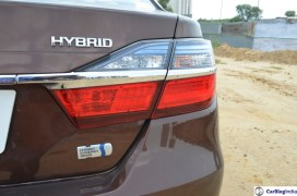2015-toyota-camry-hybrid-review-pics-badge-4