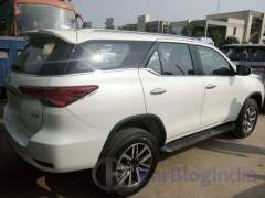 2016-toyota-fortuner-india-spy-shots-rear-side
