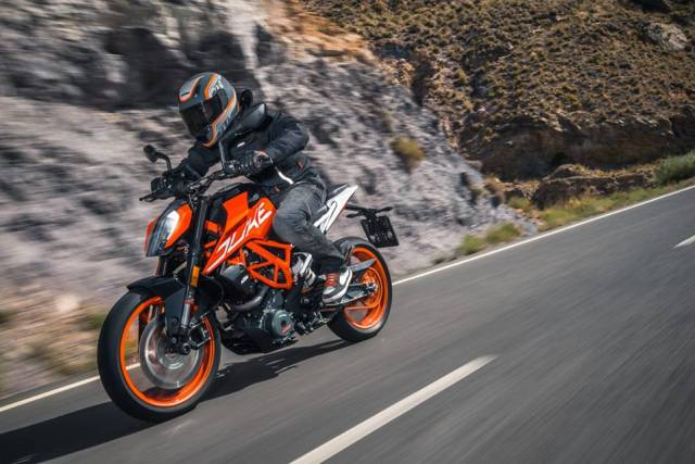 2017-ktm-duke-390-official-image-2