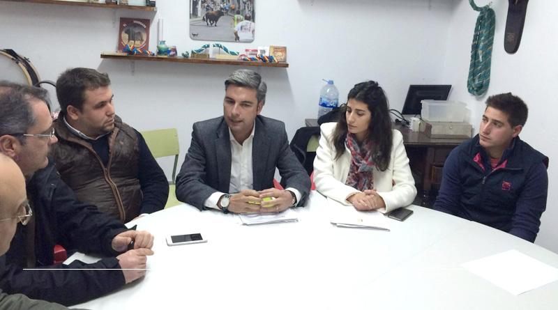 Lorite presenta a la Asociación del Toro de Cuerda de Carcabuey su moción en defensa de la Tauromaquia