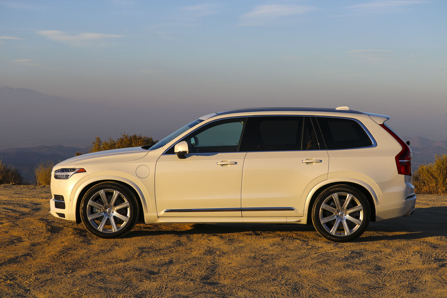 the awesome 2016 volvo xc90 t8 inscription in all colors of white car design tv. Black Bedroom Furniture Sets. Home Design Ideas
