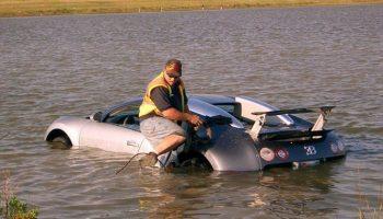 Bugatti Veyron dans un Lac