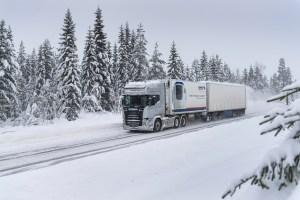 La possibilité de surcharger temporairement le pont moteur à 16T permet à un 6X2 de trouver l'adhérence indispensable aux conditions de roulage hivernales.